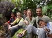 Adolfo, Johanna, Raffael, Marie, Jörn und Orlando jr. bei einer Mittagspause im Wald