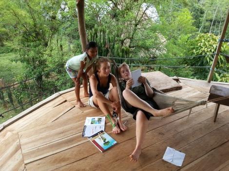 KC unterrichtet Johanna & Marie in Naso Sprache